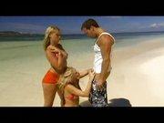 Gruppensex am Strand. Ein Mann fickt zwei Ostblockmaedels