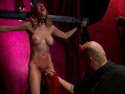 Fetisch Sklave am Kreuz gefesselt und beschtraft